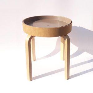 drewniany stolik samoobsługowy dla dzieci